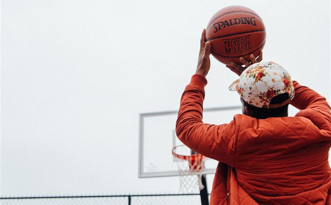 טריוויה: איש מתכונן לזרוק כדורסל לסל