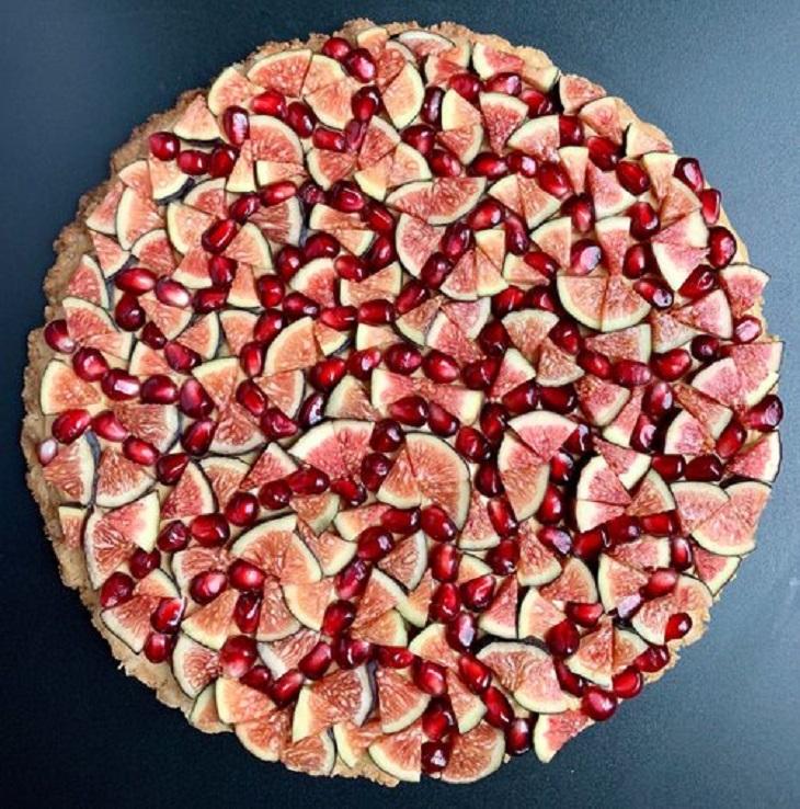 עוגות פאי וטארט מעוצבות: טארט עוגיות ג'ינג'ר ומעל גרעיני רימון ופלחי תאנה