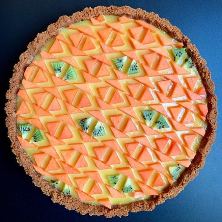 עוגות פאי וטארט מעוצבות: טארט פסיפלורה יוגורט עם סבך משולשי פפאיה וקיווי