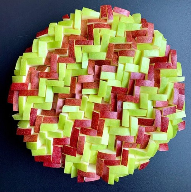 עוגות פאי וטארט מעוצבות: טארט עוגיות ג'ינג'ר ומעל קווים משולשים של אגס ותפוח