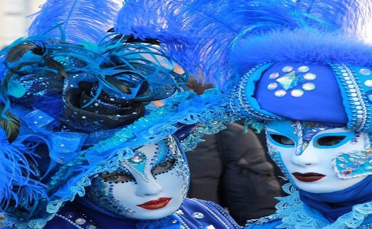 פסטיבל המסכות בוונציה: זוג עם מסכות כחולות