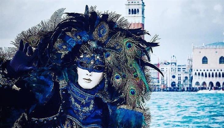 פסטיבל המסכות בוונציה: אישה על רקע מגדל