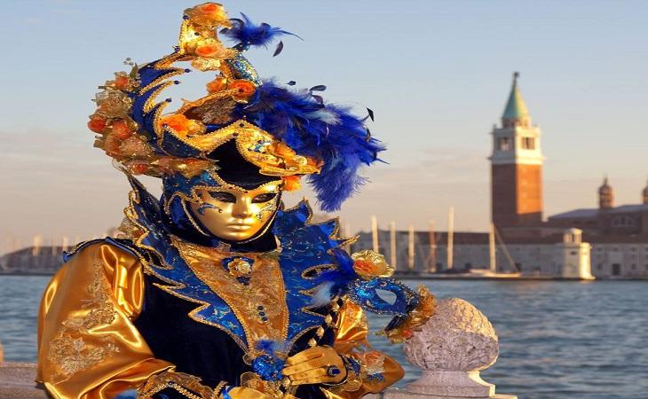 פסטיבל המסכות בוונציה: איש על רקע מגדל