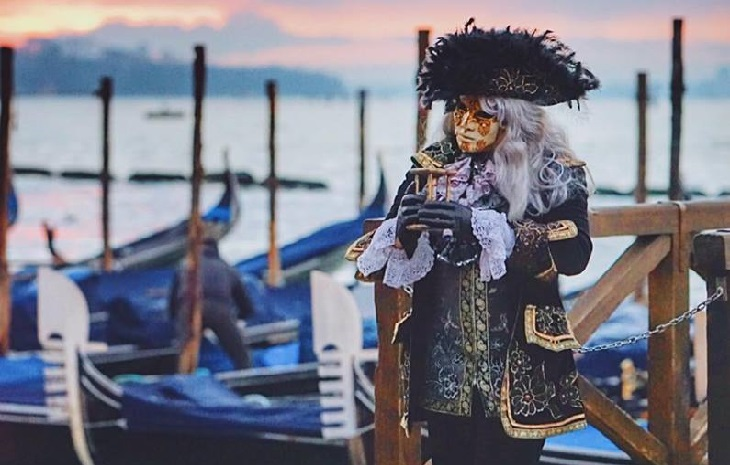 פסטיבל המסכות בוונציה: איש עומד על נמל