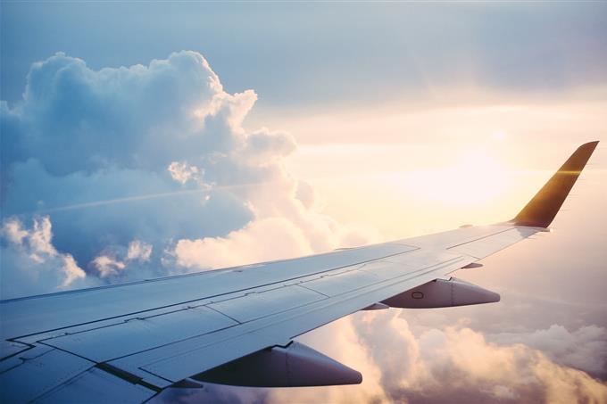 בחן את עצמך: כנף של מטוס בשמיים