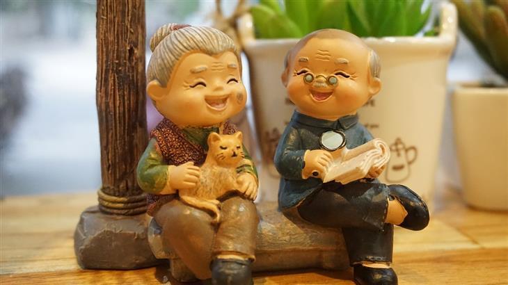 דברים שתתחרטו עליהם בעתיד: פסלון של אנשים קשישים מאושרים