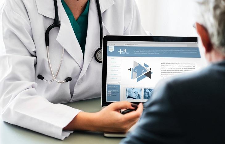 השוואת ביטוחי בריאות: אדם יושב מול רופאה ומחשב