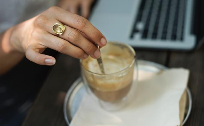 מבחן עברית: כפית בתוך כוס קפה