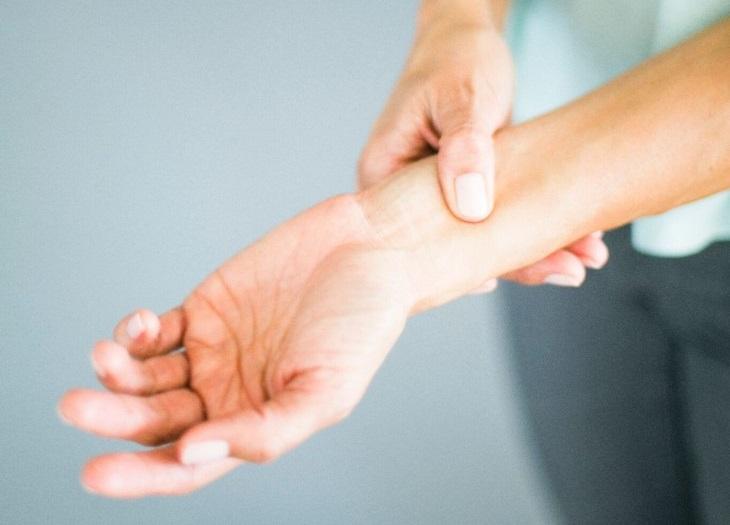 נקודות לחיצה לנשים בהיריון: אגודל מונחת על מפרק כף היד
