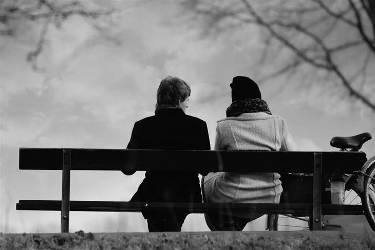 דברים שתתחרטו עליהם בעתיד: שתי נשים יושבות על ספסל עם הגב למצלמה