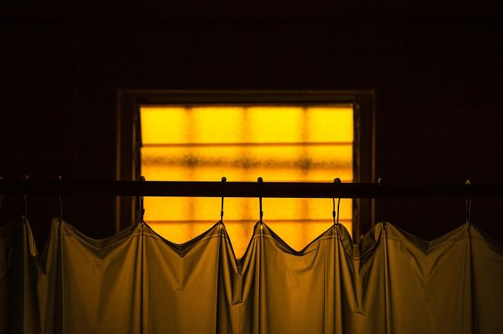 פריטים שאפשר להכניס למכונת כביסה: חלק עליון של ווילון מקלחת על רקע חלון