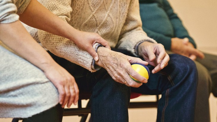 סימנים מעידים לאלצהיימר: יד של גבר זקן מחזיקה כדור רך ואת היד הזו מחזיקה יד של אישה צעירה