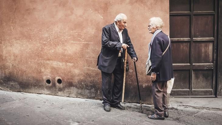 סימנים מעידים לאלצהיימר: גבר ואישה מבוגרים עומדים ומשוחחים