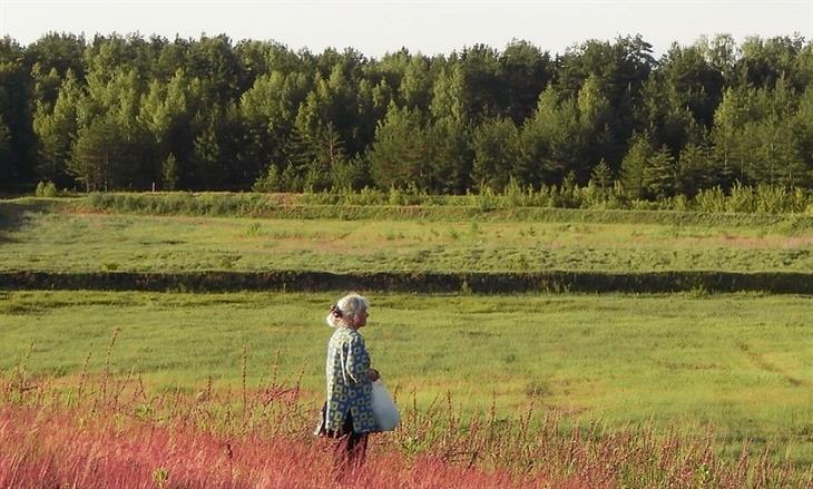 סימנים שצריך לעשות שינוי בחיים: אישה מבוגרת בשדה ירוק