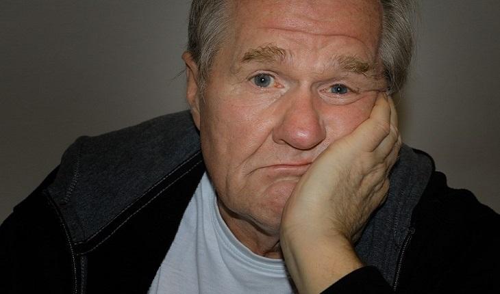 סימנים שצריך לעשות שינוי בחיים: אדם מבוגר עם מבט משועמם