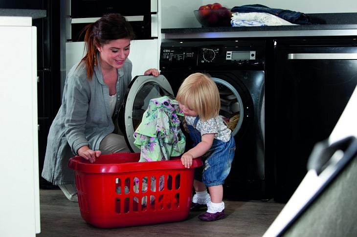 טיפים למניעת הרטבת לילה: אם וילדה הקטנה מכניסים כביסה למכונת הכביסה