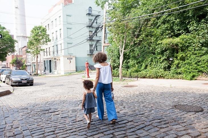 טיפים למניעת הרטבת לילה: אם וביתה צועדות יד ביד ברחוב