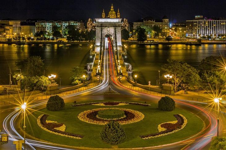 מסלול טיולים של שבוע בהונגריה: כיכר מול גשר בבודפשט