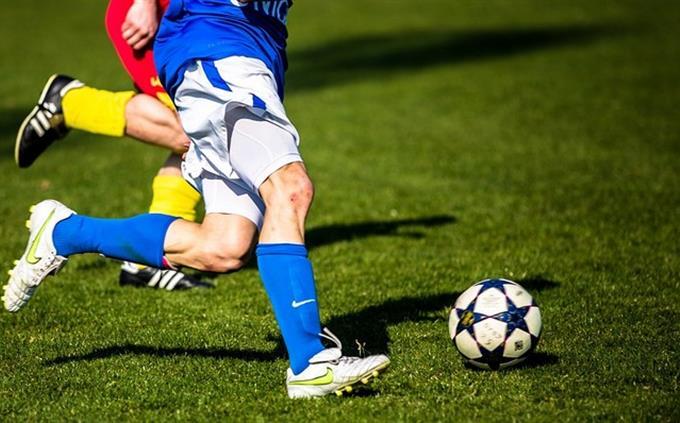 טריוויה ידע כללי: שני אנשים משחקים כדורגל