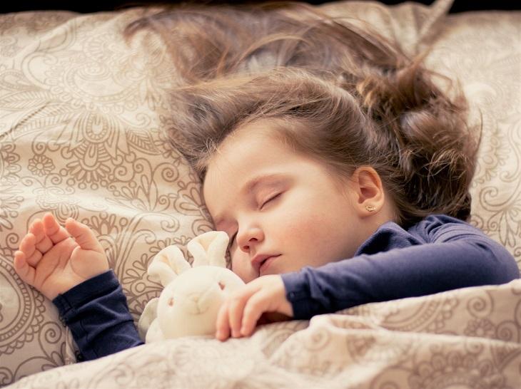 טיפים למניעת הרטבת לילה: ילדה ישנה