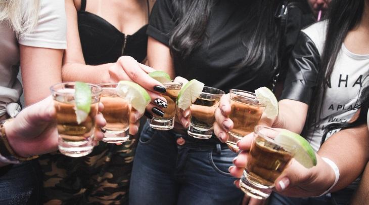 השיכור הנדיב - בדיחה מצחיקה: נסים צעירות מחזיקות כוסיות משקה
