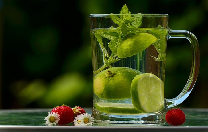 איך להמריץ את מערכת הלימפה: כוס מים עם לימון ונענע
