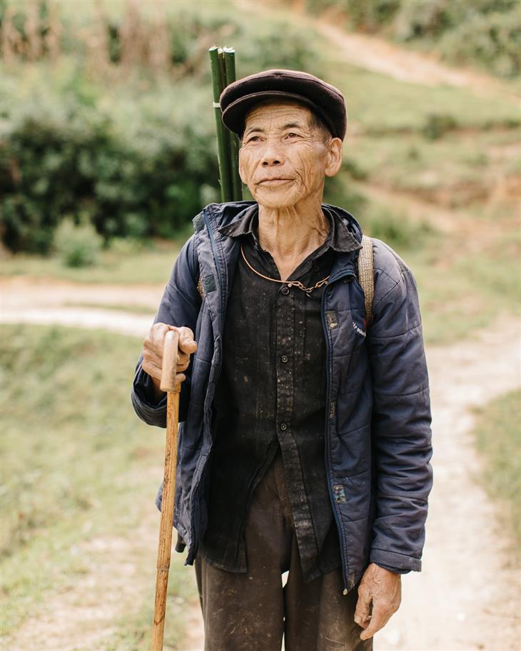 צפון ויאטנם: איכר צועד בשטח