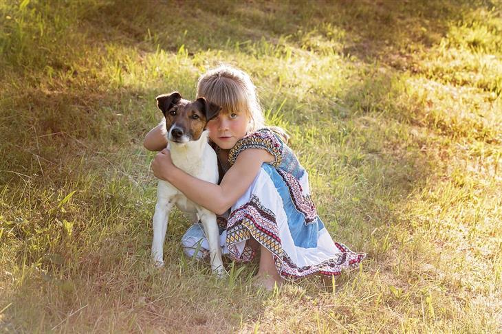 שיטות לעזור לילד להתחבר עם אחרים: ילדה עם כלב