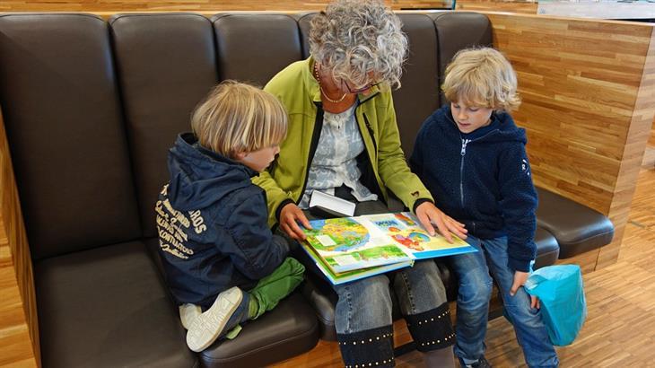 שיטות לעזור לילד להתחבר עם אחרים: סבתא מקריאה סיפור לנכדים