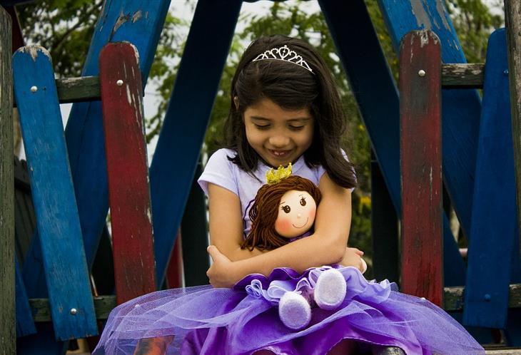 שיטות לעזור לילד להתחבר עם אחרים: ילדה מחבקת בובה