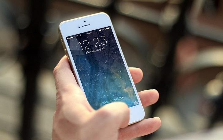 שקרים שאנחנו מספרים לעצמנו: יד מחזיקה סמארטפון