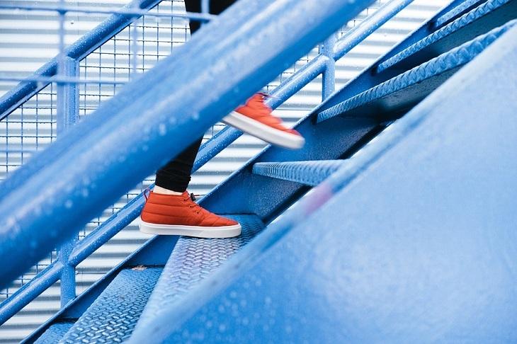 שקרים שאנחנו מספרים לעצמנו: רגליים מטפסות במדרגות