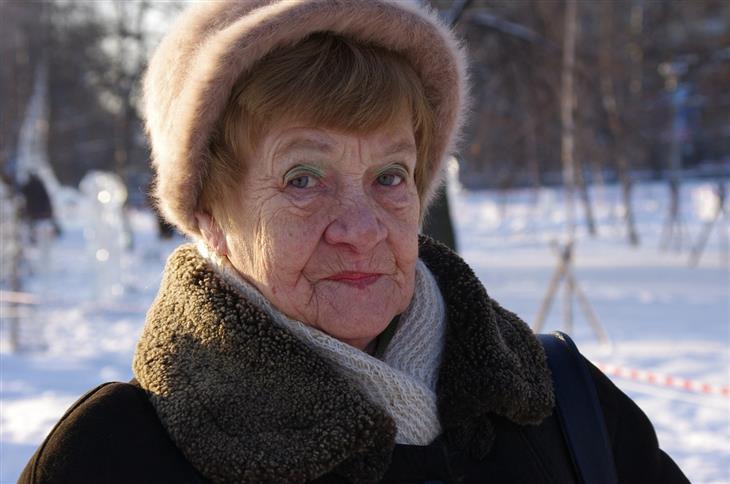 דרכים להתמודדות כשבני הזוג לא מסתדרים עם ההורים: אישה מבוגרת עם מבט חמור