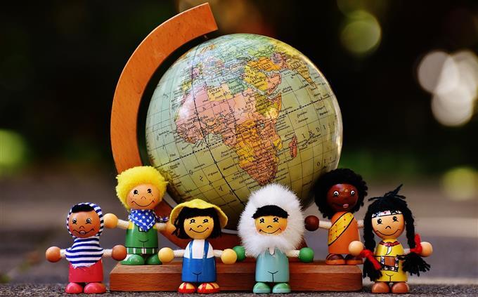 בחן את עצמך: בובות שמייצגות לאומים שונים מול גלובוס