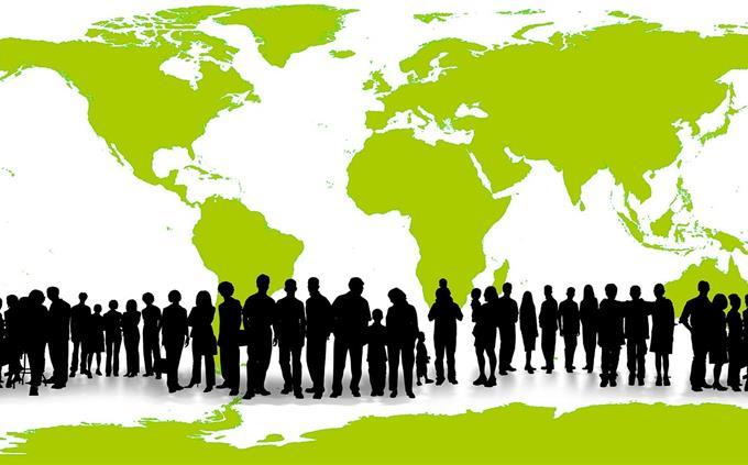 בחן את עצמך: צלליות של אנשים על רקע מפת עולם