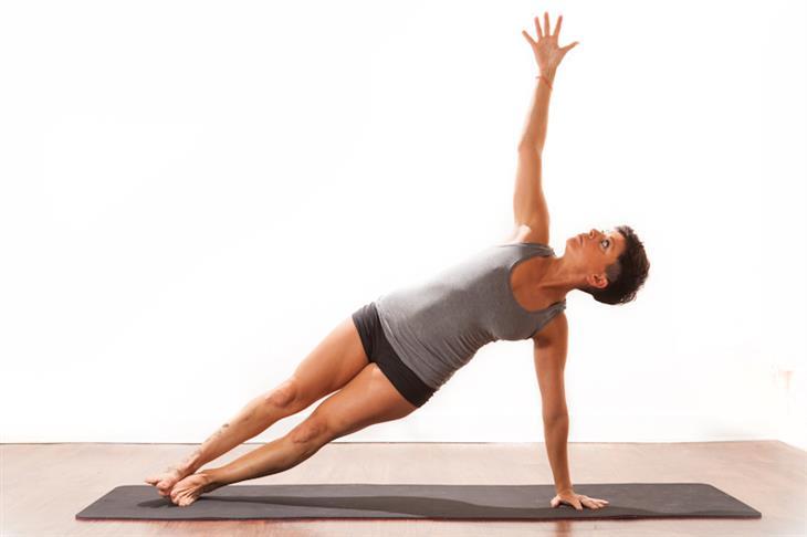 תרגילי יוגה לשיפור היציבה: פלאנק צדי
