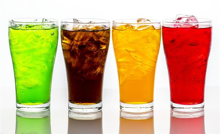 הקשר בין שתיית משקאות קלים למחלות לב: משקאות קלים בצבעים שונים
