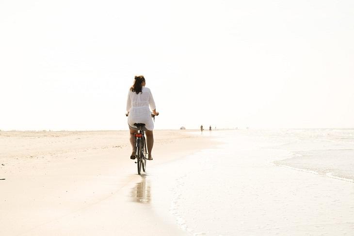 שגרת מתיחות יומית: אישה רוכבת על אופניים