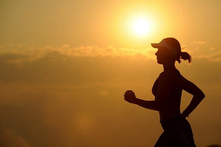 שגרת מתיחות יומית: אישה רצה על רקע זריחת השמש