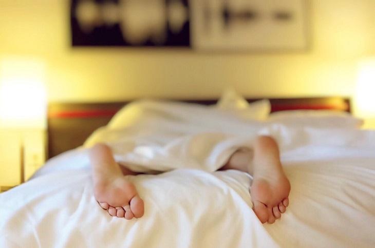 שגרת מתיחות יומית: כפות רגליים מבצבצות מתוך שמיכה