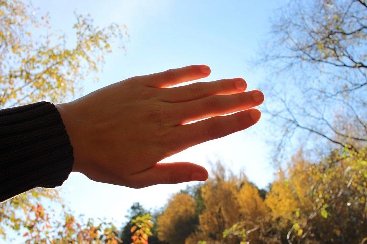 שגרת מתיחות יומית: כף יד מופנת אל עבר השמש