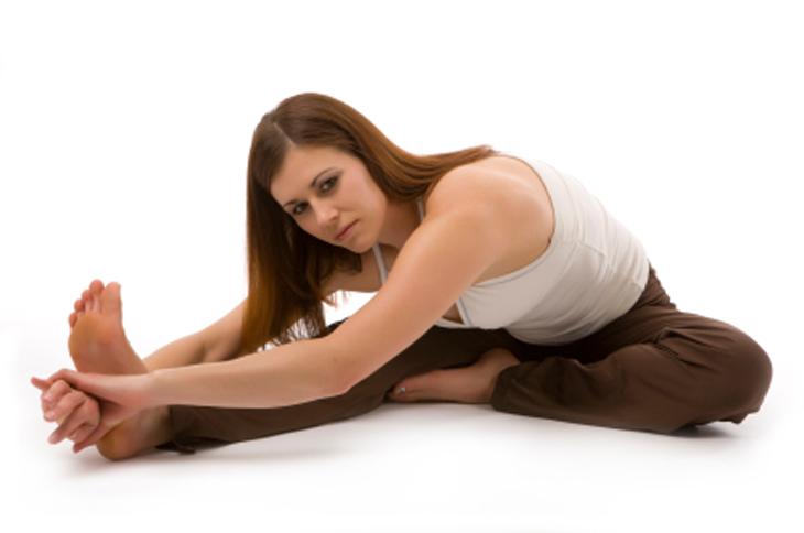 שגרת מתיחות יומית: אישה מבצעת את תרגיל כיפוף ראש לברך