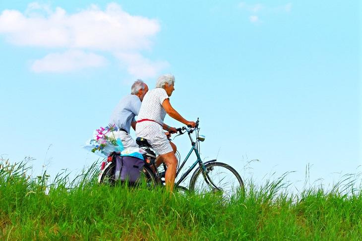 רפואה פונקציונאלית: זוג מבוגרים רוכבים על אופניים