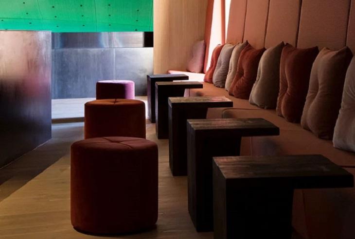 מסעדה תת-ימית: פינות ישיבה עם כריות
