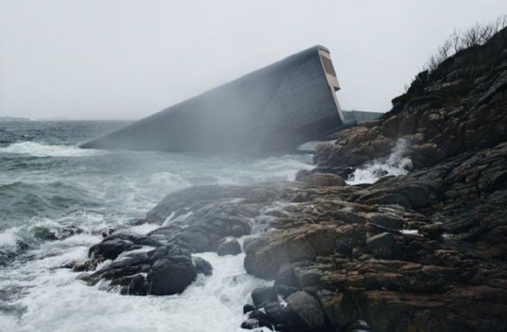 מסעדה תת-ימית: המסעדה ביום סוער