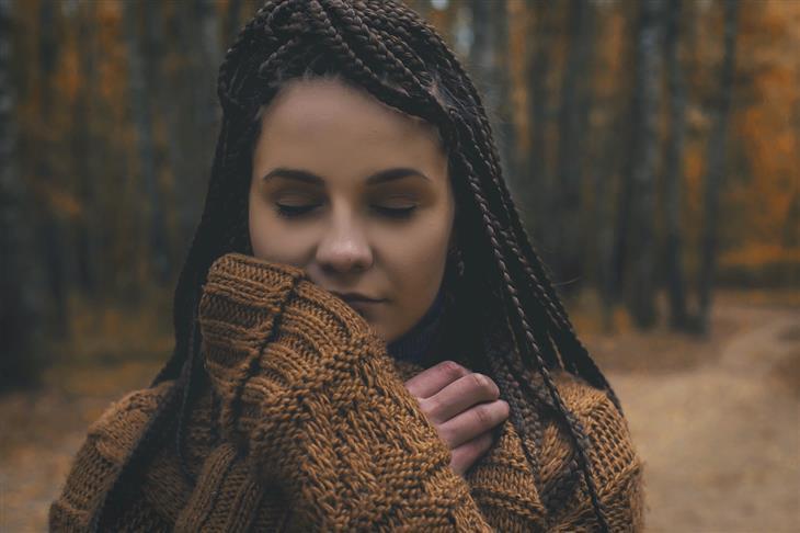 משפטים מעצימים: אישה עם עיניים עצומות נראית שלווה
