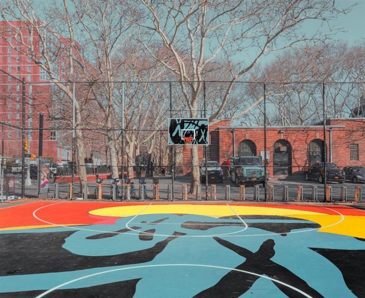 צילום עירוני: מגרש כדורסל צבעוני בניו יורק