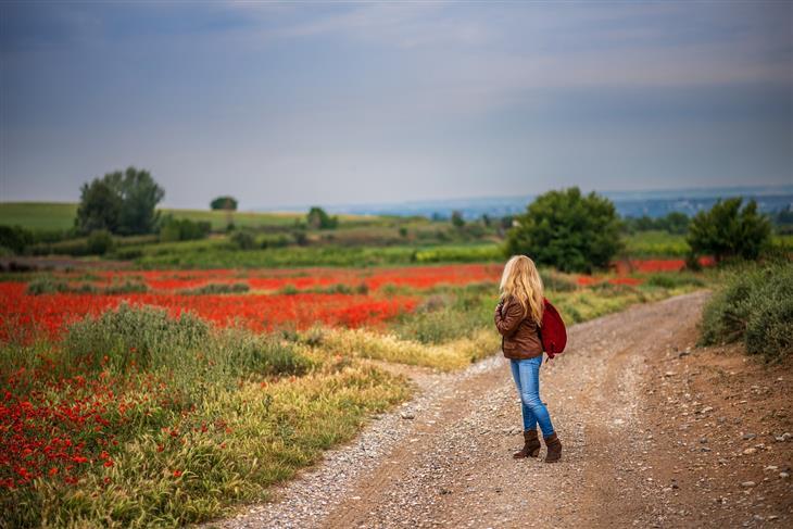 עצות לחיים טובים: אישה מסתכלת לאחור על שביל עפר