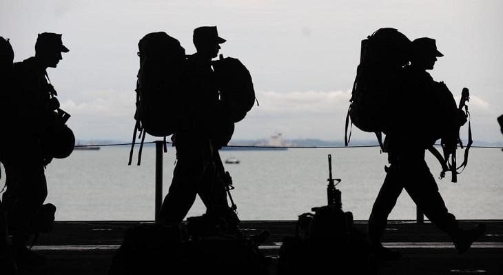 שיר משעשע על יתרונות הצבא המבוגר: צלליות של חיילים עם ציוד