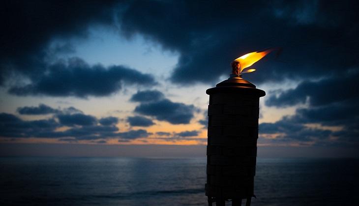 אש והקרבה - שיר מעורר השראה: לפיד על חוף הים